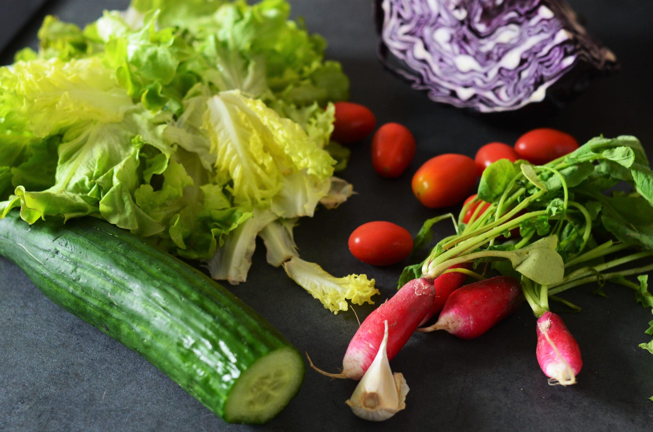 Salade croquante de chou rouge, radis et feta